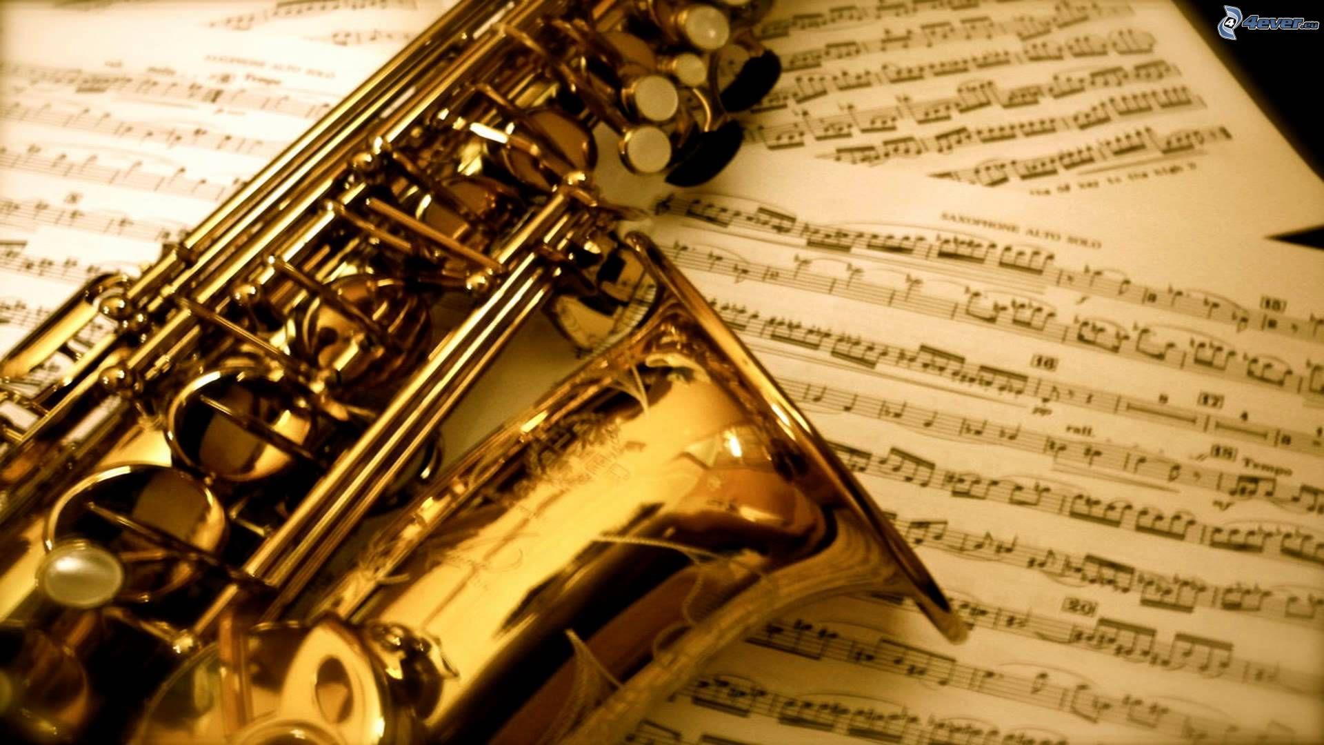 Фото с саксофоном и цветами